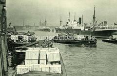 Altes Bild  aus dem Hansahafen, eines der vielen Hafenbecken im Hamburger Hafen. Motorschiffe / Frachtschiffe.