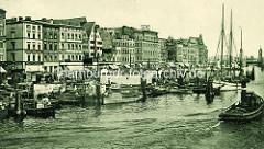 Fischbollwerk in Stettin - altes Foto mit Fischerbooten und Barkassen an der Uferpromenade der Oder; mehrstöckige Wohngebäude mit Geschäften im Erdgeschoss, im Hintergrund die Hansabrücke.