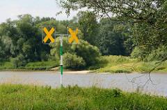 Elbufer bei Roßlau / Dessau;  Schifffahrtszeichen gelbe Kreuze -  Übergangszeichen, an denen das Fahrwasser die Seiten wechselt.