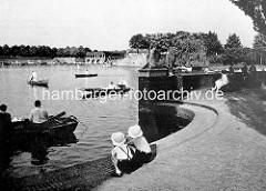 Alte Fotografie vom Anleger auf der Liebesinsel, Kinder sitzen auf der Stufe.