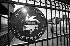 Eingangstür mit Logo der Rosslauer Schiffswerft.