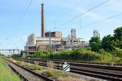 Blick über die Bahngleise zur Industrieanlage / Industriearchitektur der Gährungswerke Dessau.