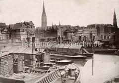 Historische Fotografie von der Hamburger Altstadt; Arbeitsboote liegen im Binnenhafen, Ewerführer / Bootsleute schrubben ihr Schiff.