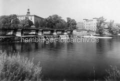 Blick über das Gestänge an der Mulde zum Dessauer Schloss.