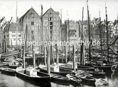 Alte Fotografie vom Hamburger Binnenhafen bei der Straße Kajen; dicht zusammengedrängt liegen die Boote an den Dalben.