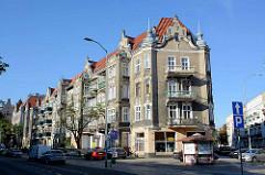 Art Nouveau / Jugendstilarchitektur mit aufwändig dekorierter Fassade und Blendgiebeln - Wohnhaus mit Geschäften im Erdgeschoss, Stettin.