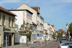 Historische Architektur in der Hauptstrasse von Roßlau / Elbe, alte Wohnhäuser, Geschäftshäuser - im Hintergrund die St. Marienkirche.