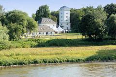 Blick über die Elbe auf das Elbzollhaus, ein historischer Gebäudekomplex, Fürst Franz 1789.