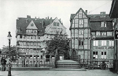 Mehrstöckige Fachwerkhäuser am Herrengrabenfleet / Stubbenhuk; Geschäft für Sextanten und Kompasse.