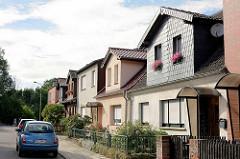 Doppelhäuser / Einzelhäuser mit kleinem Vorgarten - Dachgauben in unterschiedlicher Gestaltung.