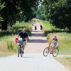 Fahrradweg - Mulde-Radweg entlang dem Fluß Mulde in Dessau-Roßlau.