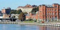 Blick über die Oder zur Uferpromenade in der polnischen Hafenstadt Stettin /