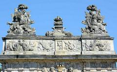 """Das Königstor, früher """"Anklamer Tor"""" in der Stadt Stettin - Reste der alten Stadtbefestigung; Architekt Festungsbaumeister Gerhard Cornelius von Walrave, Steinmetzarbeiten  Bildhauer Bartolomé Damart."""