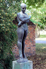 Skulptur Frühling / nackte Frau im Stadtpark von Dessau - Bildhauer Martin Wetzel