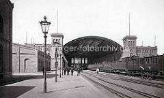 Alte Fotografie vom Venloer / Hannoverscher Bahnhof in Hamburg. Blick auf die Bahnhofshalle und die Bahnsteige.