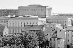 Dächer der Stadt Dessau-Roßlau, Rückseite vom Anhaltisches Theater; Schwarzweiß Aufnahme.