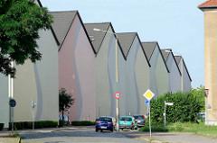 Mehrstöckige Reihenhäuser ohne Fenster an der Rückseite - farbige Fassadengestaltung; Architektur in Dessau-Roßlau.