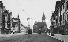 Historische Fotografie von Dessau; Blick durch die Zerbster Straße zum kleinen Markt und das Rathaus von Dessau.