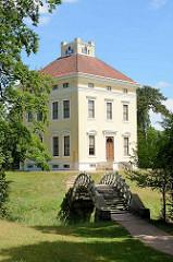 Schloss Luisium - Teil vom Gartenreich Dessau-Wörlitz. Fürst Franz von Anhalt-Dessau ließ den klassizistischen Landsitz mit seiner idyllischen Gartenanlage zwischen 1774 und 1778 errichten.