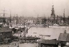 Historische Fotografie vom Hamburger Hafen, Blick über eine Werft in Steinwerder zu den Segelschiffen am Niederhafen.