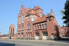 Backsteinarchitektur - rotes Ziegelgebäude einer Feuerwehrwache in Stettin, lks. der Schlauchturm.