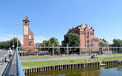 Historische Backsteinarchitektur / Industriearchitektur an einem Hafenkanal im Stettiner Hafengebiet.
