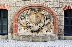 Jugendstilbrunnen am Eingang der Badeanstalt / Stadtschwimmhalle an der Askanischen Straße in Dessau.