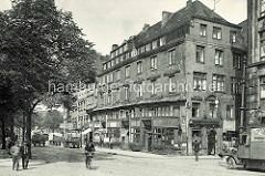 Historische Fotografien aus der Hamburger Altstadt, Straßenszene  am Kajen beim Binnenhafen; Lastwagen und Pferdefuhrwerke.