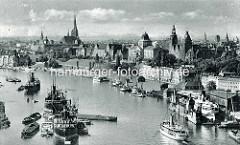 Historisches Panorama der Stadt Stettin; Frachtschiffe liegen auf der Oder - Ausflugsschiffe und Segelboote am Anleger der Promenade der Hakenterrasse.