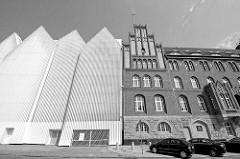 Gebäude der neuen Stettiner Philharmonie - rechts die neogotische Architektur  des Polizeipräsidiums / neu + alt.