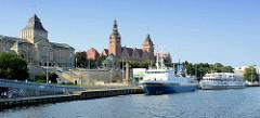 Blick über die Oder zur Hakenterrasse oder Chrobry Wälle (Wały Chrobrego).  An der Promenade vom Flussufer haben Ausflugsschiffe festgemacht.