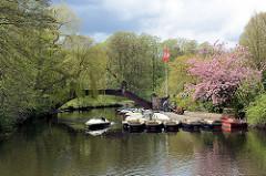 Frühling  im Stadtpark von Hamburg Winterhude - die Bäume zeigen zartes Grün.