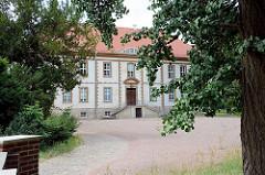Das Schloss Großkühnau ist Teil des Dessau-Wörlitzer Gartenreiches - es wurde 1780 für den Prinzen Albert Friedrich von Anhalt-Dessau errichtet.