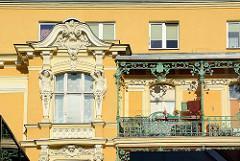 Art Nouveau / Jugendstilfassade mit Stuckdekor und eiserner Balkonverzierung / Geländer an einem Wohnhaus in Stettin.