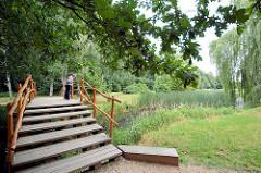 Holzbrücke - Landschaft / Gartenlandschaft im Beckerbruch, Parkanlage vom Georgium in Dessau-Roßlau.