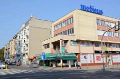 Modernes Geschäftshaus am Plac Zwycięstwa  neben historischen Wohngebäude.