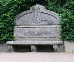 Steinbank mit Wappen beim Eingang zum Tierpark / Mausoleum in Dessau-Roßlau.