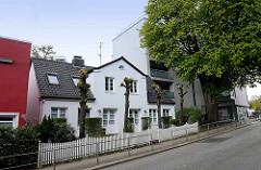Historisches Bleicherhaus, hoher Kastanienbaum mit Neubau; Ohlsdorfer Straße in Hamburg Winterhude.