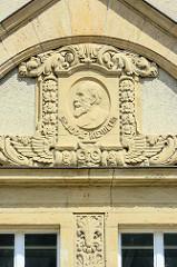 Sandsteinrelief am ehem. Ehem. Herzogliches Ober-Lyzeum / Gymnasium in Dessau; errichtet 1912 - jetzt Nutzung durch die Hochschule Anhalt.