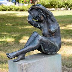 Bronzeskulptur Die Sinnende von Horst Brühmann - Friedensplatz in Dessau.