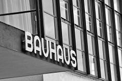Schriftzug Bauhaus am Bauhausgebäude Dessau - Schulgebäude für die Kunst-, Design- und Architekturschule Bauhaus.
