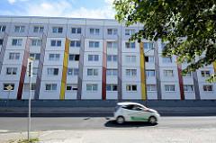 Wohnblock mit Trompe-l'œil  Malerei - Vortäuschung von Perspektive an der geraden Hausfassade.