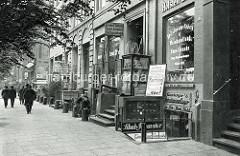 Alte  Fotografie  von den Hamburger Vorsetzen am Hafenrand mit Geschäften  für  Schiffszubehör / Schiffsausrüster.