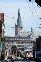 Blick über den Treppenaufgang zu den Bahnsteigen auf dem Stettiner Bahnhof - dahinter die Türme von der Jakobskathedrale und dem  Turm des Rektoratsgebäudes.