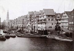 Altes Foto vom Dovenfleet in der Hamburger Altstadt, Schuten und Arbeitsboote liegen auf dem Wasser.