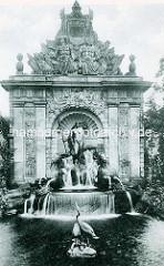 Alte Fotografie vom Berliner Tor in Stettin, im 18. Jahrhundert zum barocken Prachttor umgestaltet - Brunnen errichtet 1902, Bildhauer Reinhold Felderhoff .