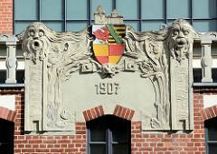 Jugendstilrelief mit Jahreszahl 1907 und Wappen von Dessau; Badeanstalt / Stadtschwimmhalle an der Askanische Straße.