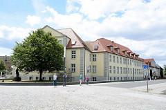 Blick über den Seminarplatz in Dessau zu einem der Gebäude der Hochschule Anhalt.