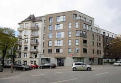 Moderne Eckbebauung neben einem  mehrstöckigen Gründerzeitwohnblock;  Himmelstraße Ecke Ohlsdorfer Straße in Hamburg Winterhude.