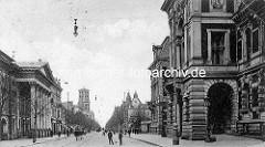 Alte Fotografie aus der Kavalierstraße im Dessauer der Vorkriegszeit. Links das herzoglichen Hoftheater, rechts das Palais..